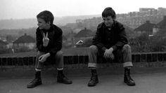 """10 Jahre lang hat Gavin Watson die klischeebeladene Skinhead-Kultur Englands dokumentiert. Nun gibt er Einblick in ihr Innenleben, das weit von den Stereotypen entfernt ist. Seine Fotos beweisen, dass die Skin-Kultur komplexer ist als ihr böses Image. Mit 5 großen Fotografen fängt die Serie """"Street Photography"""" den Geist von 40 Jahrzehnten Gegenkulturen ein. Eine fotografische Zeitreise."""