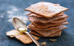 Speltknækbrød med sesam. Sprødt og knasende knækbrød - passer til alverdens pålæg, men smager også skønt, som de er.