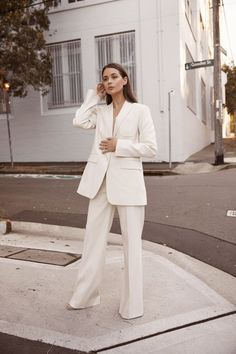 White pantsuit - power suit - womens suit - white loose trouser pants - minimalist style work outfit ideas - natural makeup Source by ideas tenis Suits Serie, Suits Tv Shows, White Pantsuit, Cream Suit, Suits For Women, Clothes For Women, Look Blazer, London Girls, White Suits