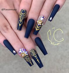 Many women like rhinestone nail art designs because rhinestones are a symbol of luxury. Rhinestones shine brightly in the sun and attract people's attention. Long coffin nails are very suitable for rhinestone inlays because they are long enough for Fabulous Nails, Perfect Nails, Gorgeous Nails, Nail Swag, Rhinestone Nails, Bling Nails, Rhinestone Nail Designs, Stylish Nails, Trendy Nails