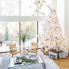 We turned to the experts at Homepolish, the service delivering personal and flexible interior design by the hour to give us a few tips on how to style your tree this season. Homepolish Interior des…