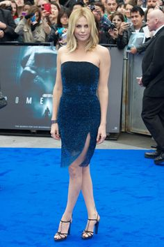 39 Times Charlize Theron Was The Hottest Person In The Room   HuffPost Life Charlize Theron Style, Atomic Blonde, Strapless Dress Formal, Formal Dresses, African Beauty, Sensual, Fashion Models, Women's Fashion, Blue Dresses