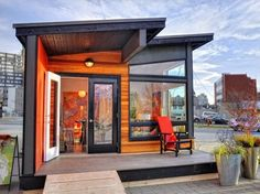 a modern backyard cottage by Small Modern Living. Only 400 sq ft, it is pre-fabbed and delivered to site. It is very well planned with a full kitchen, walk in closet and built in storage, roomy bathroom with stacked washer and dryer. Modern Small House Design, Small Modern Home, Small Room Design, Tiny House Design, Modern Living, Prefab Cottages, Prefab Cabins, Prefab Tiny Houses, Prefab Pool House