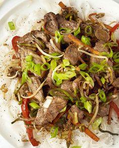 Varkensvlees smaakt heerlijk af in combinatie met een zoetige, kleverige saus met Chinees vijfkruidenpoeder. We maken een snelle maar overheerlijke wokschotel met knapperige groentjes, kleverig varkensvlees en rijstnoedels. Een topwok die elke thuiskok aankan! Stir Fry Wok, Lunch Recipes, Healthy Recipes, Mumbai Street Food, Dairy Free Diet, Cooking Together, My Best Recipe, Gluten Free Recipes, Asian Recipes