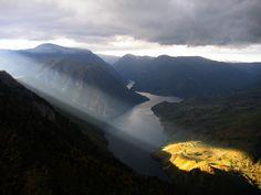 Sunrays over Drina River Tara Mountains in Serbia [2592x1944] @Uros Petrovic