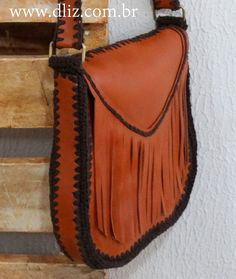 Vai verão, vem inverno e as franjas continuam com tudo!  Bolsa em couro legítimo e crochê Bag handbag genuine leather and crochet  Fringed