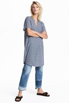 Short V-neck dress in a viscose weave with short sleeves with sewn-in turn-ups.