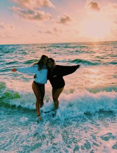 Beach daze always🦋💫 bff pictures, summer pictures, cute beach pictures, cute Cute Beach Pictures, Cute Friend Pictures, Beach Instagram Pictures, Beach Picture Poses, Vacation Pictures, Instagram Picture Ideas, Instagram Beach, Beach Sunset Pictures, Cool Pics For Instagram