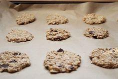 Zdravé a chutné cookies jen ze 2 surovin. Příprava trvá méně než 5 minut. Pečení přibližně 15 minut podle velikosti cookies. Pokud se někam chystáte a nebudete mít čas na jídlo, tak je to skvělá volba.