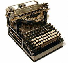 Güzel Old Time Daktilolar Retro Vintage, Vintage Items, Vintage Stuff, Writing Machine, Antique Typewriter, Office Items, Vintage Typewriters, Antique Decor, Old Antiques