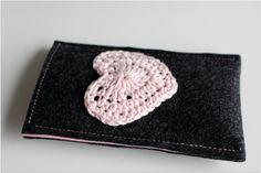 telefoon hoes van byJuud op Etsy #heart #crochet #felt #phonecover #sleeve #case #smartphone #valentine #hart #telefoon #hoes #mobile #bescherming