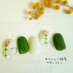 グリーンのネイルカラーはそのままだとビックリしてしまうけれど、透明感あふれるホワイトのグラデーションと合わせ、さらに可憐な野の花をプラスすれば…こんなにナチュラルで素敵な仕上がりに。