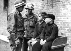 1944. október. A 14 éves Willy Etschenberg és 10 éves Hubert Heinrichs az amerikaiak fogságában. A két fiút a bekerített Aachen belvárosában hagyták hátra orvlövészként.