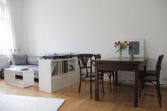 Minimalistische Altbau-Wohnung mit Vintage-Details: Wohnzimmer & Esszimmer / Minimalistic apartment with vintage details: living & dining room