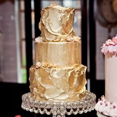 I'm obsess with cakes that are totally covered by a shinny layer of silver or gold, just like these..