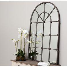 Lustro Okno z oryginalną metalową ramą. Jego wykonanie sprawia wrażenie okna w prowansalskim klimacie. Lustro pełni doskonałą rolę dekoracji dla każdego wnętrza.
