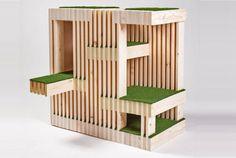 Ripas de madeira e material que imita grama configuram os diversos patamares desta casinha.