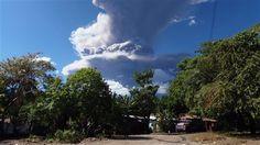 Nuage de fumée du volcan Chaparrastique, près de la ville de San Miguel, au Salvador San Salvador, Our Planet, Cool Landscapes, Planets, Clouds, Nature, Outdoor, San Miguel, Volcanoes