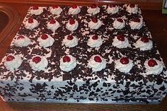 Erdbeer-Yogurette-Kuchen mit Nussboden Strawberry yogurette cake with nut bottom Easy Chocolate Desserts, Chocolate Cake Recipe Easy, Chocolate Cookie Recipes, Easy Cookie Recipes, Cake Recipes, Cheesecake, Cake Games, Pumpkin Spice Cupcakes, Black Forest