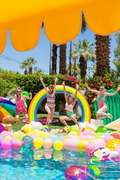 How to Make a Happy Pool Party? 30 Great Decoration Ideas for This Summer Rainbow Pools, Rainbow Balloons, Sommer Pool Party, Teenager Party, Pool Party Decorations, Kid Pool, Happy Party, Pool Floats, Luau Party