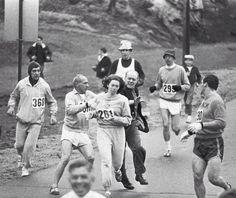 Primera mujer en correr una maratón que contó con la intentiva de un juez de expulsión de la carrera. Otros corredores lo impidieron escoltando a la mujer hasta la meta.