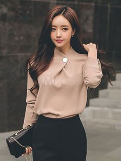 Blusa de poliéster con escote Ilusión con manga larga Color liso con botones urbana Blouse Styles, Blouse Designs, South Korea Fashion, Trajes Business Casual, Really Pretty Girl, Work Attire Women, Short Sleeve Collared Shirts, Business Outfits Women, Spring Shirts