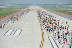 """Mais de 2.500 pessoas participaram da """"O'Hare International Airport's 5K on the Runway"""", corrida e caminhada beneficente realizada em uma das pistas do Aeroporto de Chicago. O evento foi realizado em 20 de outubro de 2012 e ajudou associações de apoio a ex-combatentes militares feridos."""