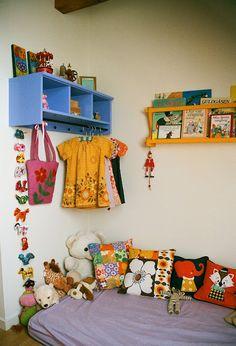 Almofadas , livros, brinquedos, e um cantinho para  Maria Clara dormir quando ficar cansada.