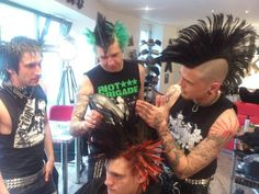 Punks this reminds me of high school Punk Guys, 80s Punk, Estilo Punk Rock, Crust Punk, Mohawk Hairstyles, Grunge Look, Emo Scene, Psychobilly, Emo Outfits