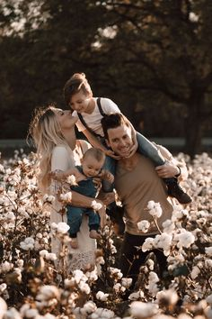 family photography what to wear / Maternity Photos Rustic Family Pictures, Funny Family Pictures, Winter Family Pictures, Family Pictures What To Wear, Family Photos With Baby, Summer Family Photos, Outdoor Family Photos, Baby Family, Blended Family Pictures