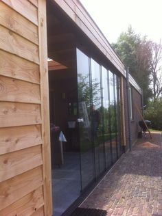 Glazen schuifwand voor onder een overkapping zo kunt u het hele jaar door genieten van het buitenleven! www.vanviegen.com
