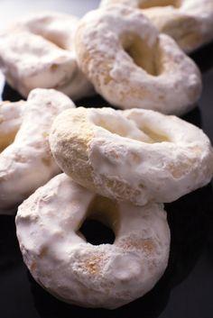 Scopri la ricetta per preparare dei taralli dolci davvero speciali e glassati per la felicità di grandi e piccoli.