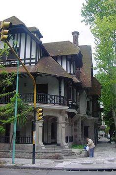 Las barandas de madera, los techos en planos perpendiculares, la galería con columnas trabajadas, las paredes exteriores blancas con madera, etc.