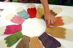 makes me want to knit more. Knitting Designs, Knitting Yarn, Mittens, Knit Crochet, Crochet Necklace, Pattern, Scallops, Diy, Crafts
