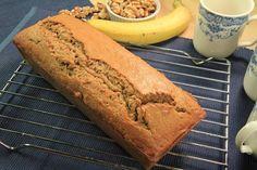 Har du några gamla bananer liggandes i fruktskålen hemma? Gör en mumsig kaka med banan. Det blir fantastiskt gott!