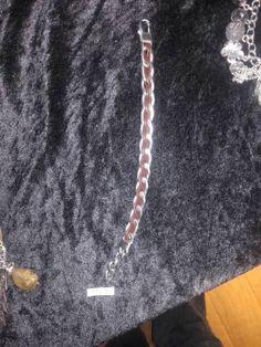Sehr edles Armband aus hochwertigem Edelstahl durchzogen mit Lederbändern.Hochwertiger Edelstahl – mattierte OberflächePanzerkette mit braunem Rindlederband durchflochten, mit KarabinerhakenVerstellbare Länge ca. 20 – 25 cmIn coolem EtuiDesign by LR