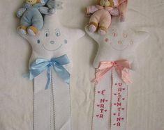 Fiocco NascitaMongolfiera Orsetto Celeste aida | Etsy Christmas Ornaments, Holiday Decor, Arch, Tela, Birth, Plushies, Stars, Felt, Ornaments