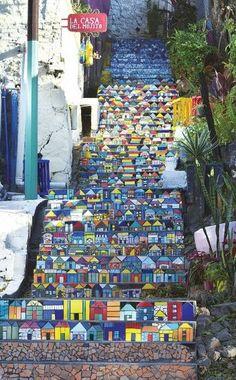 El Barrio Loma San Jerónimo es uno de los más antiguos de Asunción. En 2013 se convirtió en el primer barrio turístico y rápidamente se convirtió en un punto de visita y concurrencia. Resaltan sus casas coloridas y pintorescas, sus pasillos y pasajes que lo transportan a un deleite visual.