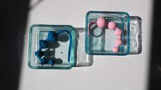 Gå på opdagelse med dig selv eller din partner med et sæt perle-kugler i silikone.  Den afrundede spids, de forskellige former og størrelser på kuglerne gør perlekæderne ideelle for både nybegyndere såvel som for erfarne brugere.  På den kugleformede kæde har den mindste del af kæden en diameter på 2 cm og største del er 3,4 cm.  I den diamant formede kæde går størrelsen fra 2,1 cm og op til 3,7 cm. Takket være det praktiske håndtag for enden af kæden, kan du ubekymret nyde oplevelsen. Beads, Rings, Diamond, Bead, Silicone Rubber, Beading, Ring, Jewelry Rings, Pearls
