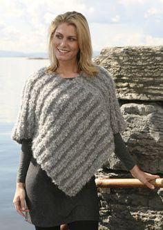 Strik en supernem poncho i rustikke garner! Ponchoen strikkes som to ens baner, der sys sammen i vinkel til sidst