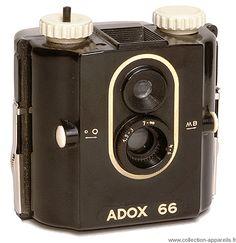 """Adox 66 Ce cube en bakélite est un appareil photo simple équipé d'un ménisque ouvrant à 8. Il a deux diaphragmes, une vitesse instantanée et la pose B. Il existe une version """"blitz"""" pouvant recevoir un flash à ampoule qui se monte en dessous à l'horizontale."""