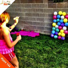 На носу детский праздник, а у Вас не готово развлечение? Не беда! Предлагаем Вам сделать весёлую подвижную игру из воздушных шариков! Ещё не догадались? Конечно же, это дартс! Такие аттракционы часто можно встретить в парках и поиграть, но ведь куда интереснее сделать его самим! Делаем дартс из воздушных шариков!