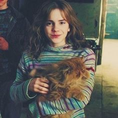 Hermione Granger being super cute with her super cute crookshanks ✨ - Movie Harry James Potter, Harry Potter Hermione Granger, Draco And Hermione, Harry Potter Icons, Harry Potter Universal, Harry Potter Fandom, Harry Potter Characters, Harry Potter World, Draco Malfoy