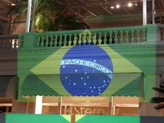 """تم تبديل الكلمات على العلم البرازيلي إلى """"خبز وسيرك"""" بدلاً من """"النظام والتقدم""""."""