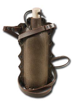 Wasserflasche Doran   Die Wasserflasche Doran von Mytholon wurde aus hochwertigem, robustem Leder gefertigt, welches das Inlay aus PET ambientetauglich überzieht. Durch den Tragegurt kann diese Wasserflasche umgehängt und überall mit...