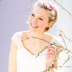 kurzes Rockabilly Brautkleid mit Trägern und V-Ausschnitt