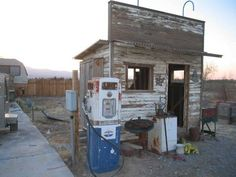 Old Studebaker Estate gas station building in NW Pahrump on Al Bells old farm property Old Gas Pumps, Vintage Gas Pumps, Old Buildings, Abandoned Buildings, Pompe A Essence, Old Garage, Old Gas Stations, Las Vegas, Old Country Stores
