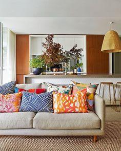 """""""Almofadas de estampas variadas em tons complementares dão vida à sala deste apartamento na Austrália. Via Arent & Pyke. #revistacasaclaudia #decoração…"""""""