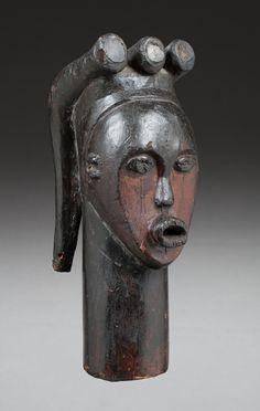 """Tête ancestrale à trois tresses """" Eyema-Beyeri"""". Elle surmonte un large cou massif. Le front est dégagé, son visage s'inscrit avec élégance dans un espace en forme de coeur, la bouche est projetée et les yeux en amande lui confèrent une belle expression intériorisée et douce. Fang, Afrique Equatoriale atlantique, Nord Ouest du Gabon. 32,5x12,5x14cm #ArtAfricain #ArtPrimitif #AfricanArt #PrimitiveArt #Auction"""