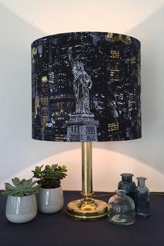 Ein eleganter Lampenschirm, der von einer Reise träumen lässt. Lamp, Decor, Lighting, Table, Home Decor